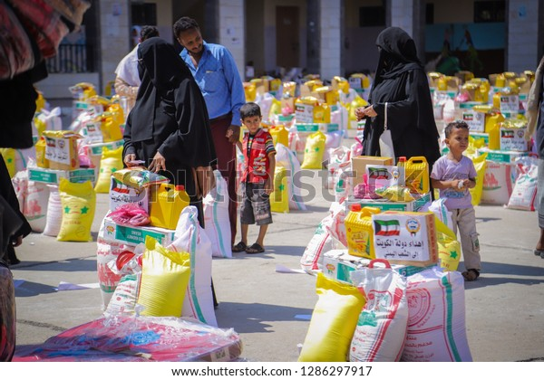 """""""Taiz / Yemen - Dec 20 2018: Distribute relief to those affected and displaced by the war in Yemen"""""""