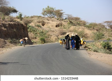 Taiz , Yemen.30_08_2019 : Yemeni women and children displaced from their homes due to the war, in search of water