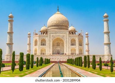 Taj Mahal in Agra India Mogul Marmor Mausoleum und Panorama der berühmten symmetrischen Gärten aus dem 17. Jahrhundert.