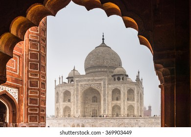 Taj Mahal (Crown of Palaces), an ivory-white marble mausoleum on the south bank of the Yamuna river in Agra.