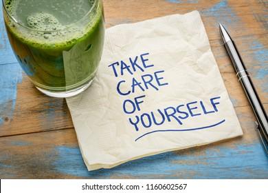 Nehmen Sie sich selbst auf - inspirierende Handschrift auf einer Serviette mit einem Glas grünen Saft