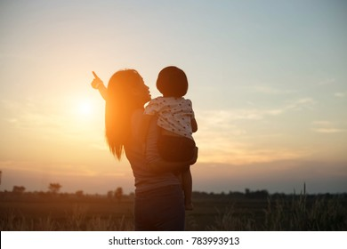 Take a daughter to explore nature in the evening.