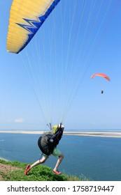 Décoller et sauter sur la dune de Pyla, à Pyla-sur-mer, France