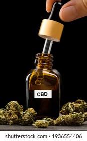 Einnahme von CBD-Öl. Mikrodosierung Marihuana. Alternative Therapie. Medizinischer Cannabis.