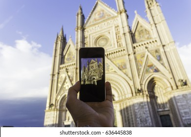 Taking a picture with a smartphone at the cathedral of Orvieto