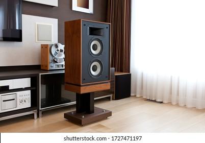 Hoher Stereo Vintage Speaker in modernem Interieur mit offenen Treibern