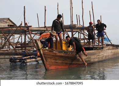 Tanjung Pinang, Indonesia. Jun 5, 2019. Morning environment when fishermen came back from overnight fishing and netting at Tanjung Pinang. Fishermen unloading the catches to the buyer.