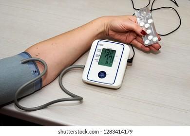 Tanometor for measuring pressure