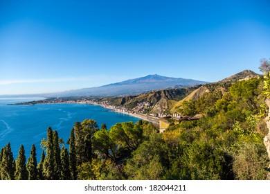 Taorminas Kostenlinie, die Bucht von Giardini-Naxos mit dem Ätna und Catania im Hintergrund, Taormina, Sizilien - HDR-Bild