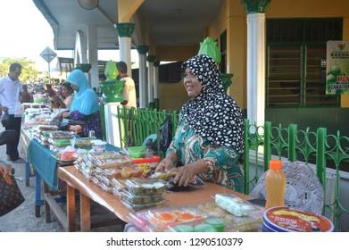TARAKAN - INDONESIA, 18th June 2017 : Cake traders in the month of Ramadan ahead of breaking the fast