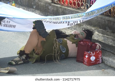 TARAKAN - INDONESIA, 25th July 2018 : one of the participants of the cultural parade Nusantara shelter under the banner of the hot sun in the city of Tarakan