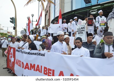 Tarakan, Indonesia 4 November 2016 ; a peaceful protest by Muslim organizations Namely Alliance Muslim of Tarakan City and the Muslim Students Association , related cases Governor of Jakarta, Ahok