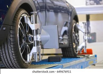 Destino del equipo de ajuste del ángulo de la rueda del vehículo fijado en una rueda del automóvil
