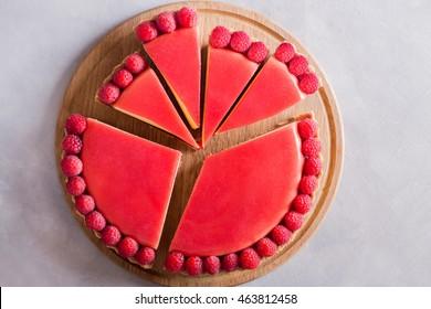 Gâteau au tarte aux gelées et framboises fraîches sur fond béton clair. Vue supérieure