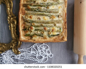 Tart with green asparagus, green olives, onion and mozzarella.