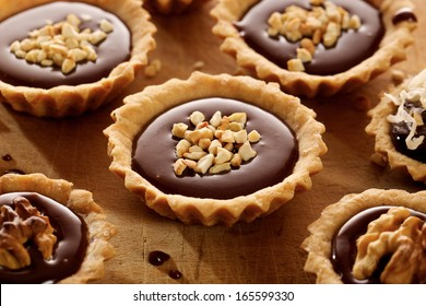 Tart with milk chocolate and nuts