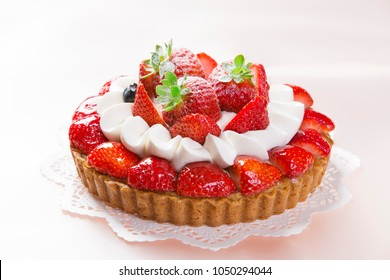 Tart with strawberry and hop cream