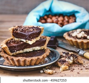 Tartalets with chocolate ganache and hazelnuts