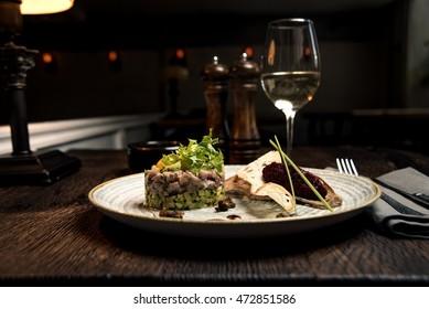 Tartare salmon with wite wine