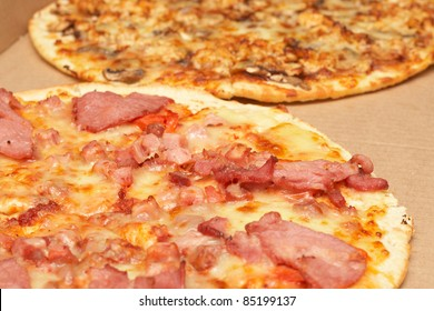 Tasty italian thin crust pizzas with bacon and mozzarella cheese, and mushroom and chicken