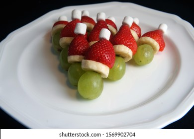 tasty small grinches very healthy at Christmas time for eating and decorating from grapes banana strawberry and marshmallows for kids
