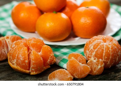 Tasty sweet peeled and unpeeled clementines