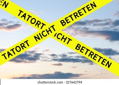 Tatort nicht betreten (Crime Scene Do Not Enter) Barrier Tape Cross