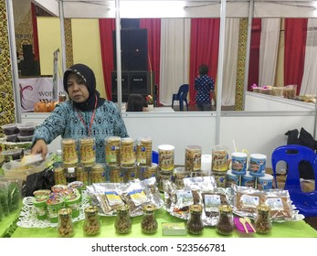 Tawau, Sabah, Malaysia-Nov 26, 2016:Unidentified Indonesian women in the exibition booth display an Indonesia local product during the  Wonderful Indonesia Festival in Tawau, Sabah, Malaysia.