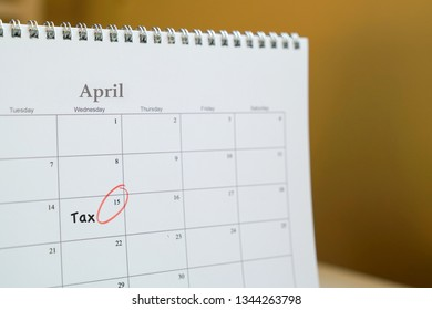 Tax filing reminder : April 15th circled on calendar