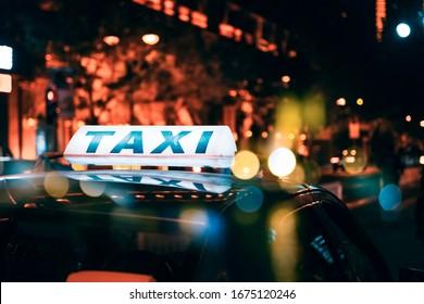Ein Taxi am Straßenrand in der Nacht.