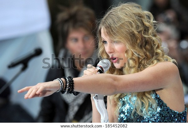 Taylor Swift on stage for NBC Today Show Concert with Taylor Swift, Rockefeller Plaza, New York, NY May 29, 2009