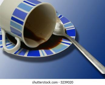 Taza de café volcada sobre fondo azul
