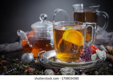 テーブル上の組成で古い背景に茶の熱い飲み物