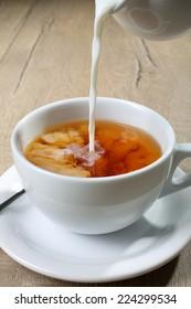 tea with milk pour