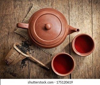 tea pot and cups on wooden table