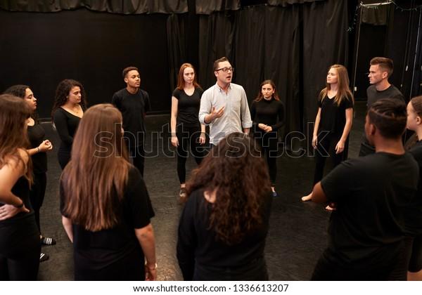 Dozentin für männliche und weibliche Theaterschüler an der Kunstakademie in der Studienzeitschule