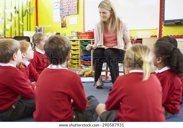 Lehrerin und Lesestory für Schüler der Grundschule