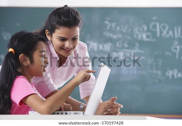 Lehrer und Schüler auf dem Laptop, Mädchen auf dem Bildschirm