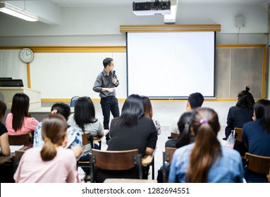 Teacher teaching studen in classroom at university.