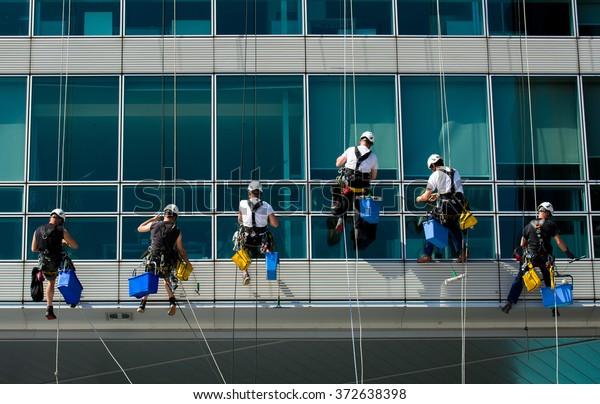 Team von Bergarbeitern Reinigung eines Bürogebäudes