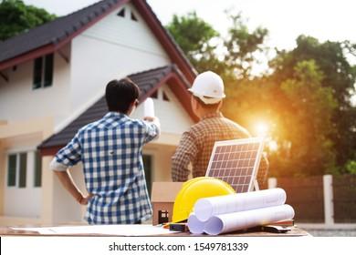 Team Engineers erstellen Solarpaneele für den Bau von Wohnungen, um sie an potenzielle Kunden weiterzugeben.concept