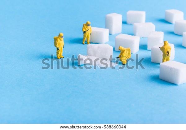 El equipo investiga los cubos de azúcar con un fondo azul