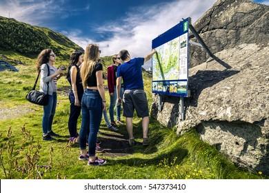 Teamleiter, der die Route zur Touristengruppe erklärt, Norwegen