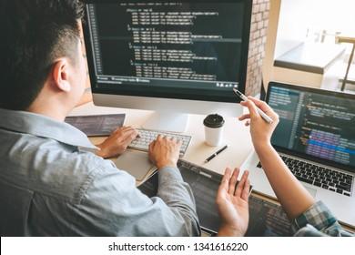 Team von Professional Developer Programmierer Zusammenarbeit Treffen und Brainstorming und Programmierung in der Website arbeiten eine Software und Kodierungstechnologie, schreiben Codes und Datenbank.