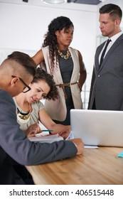 Team erfolgreicher Geschäftsleute, die sich in einem Büro mit sonniger Leitung treffen