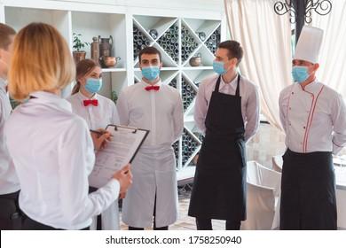 ein Kellerteam führt eine Besprechung auf der Sommerterrasse des Restaurants durch.
