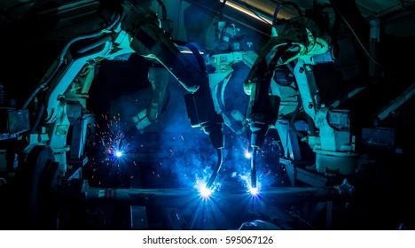 Teamschweissen Roboter die Bewegung. In der Automobilteileindustrie.
