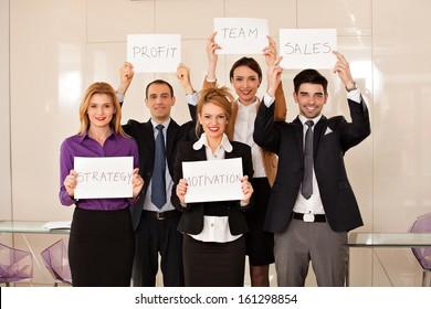 Team junger Geschäftsleute, die Karton halten: Strategie, Motivation, Gewinn, Team, Vertrieb