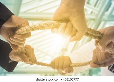 El equipo de trabajo en equipo, el equipo de hombres de negocios, sostiene el concepto de círculo de cuerda.