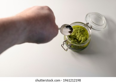 Teaspoon that takes up the hand-made Pesto alla Genovese